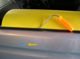 Step1 凹みの裏側へ専用ツールを入れる為の部品取外し。