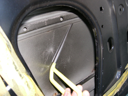 Step2 裏側から凹みを少しずつ押し出し元の形状に戻す。